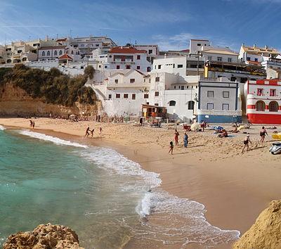 Strand und Stadt von Carvoeiro, Algarve, Portugal